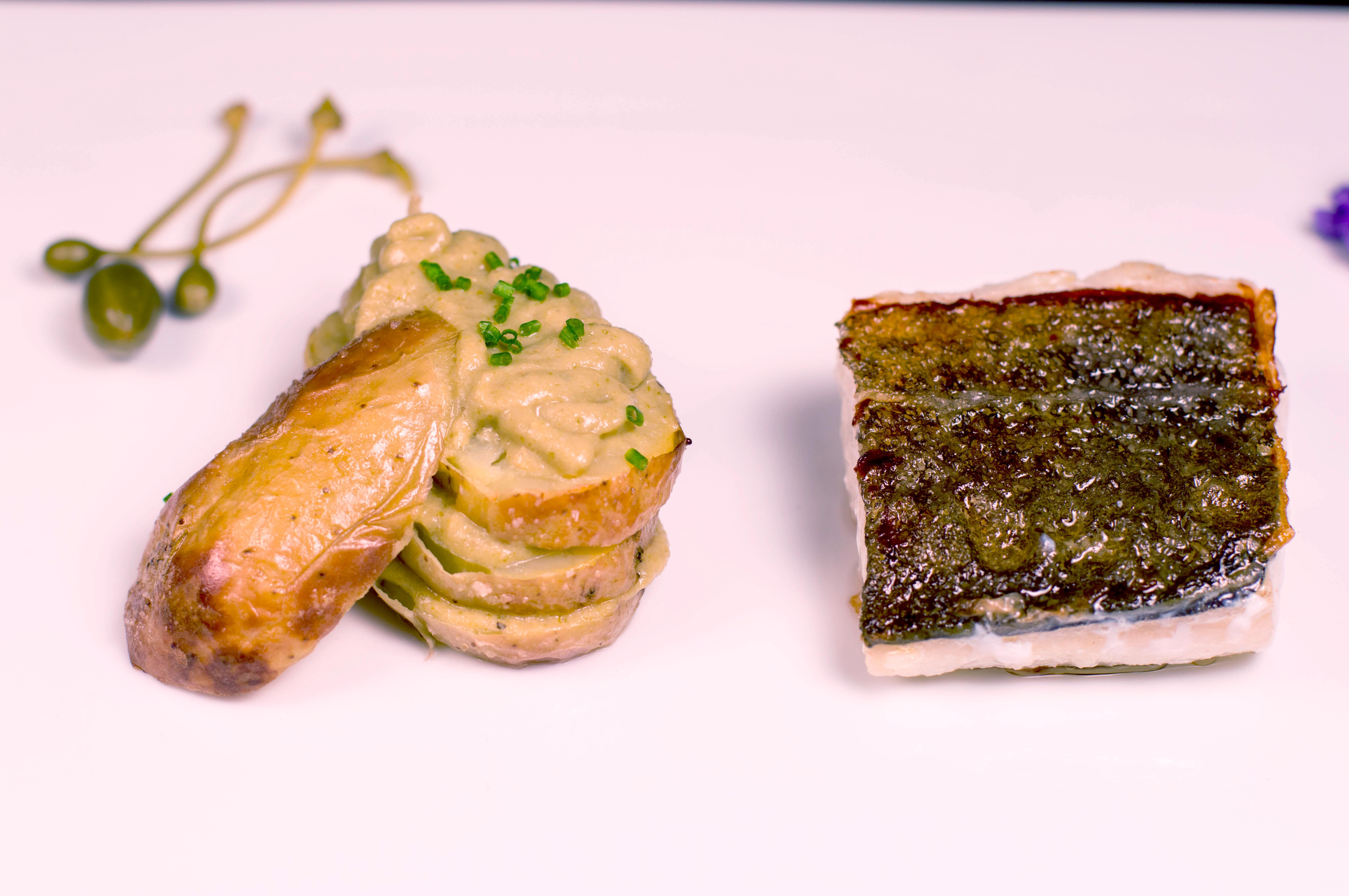 Bacalao con patatas asadas y crema de alcaparrones